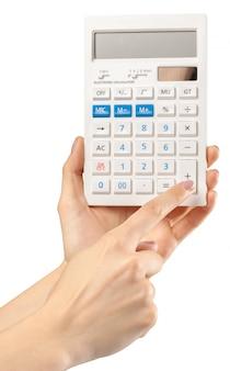 Handen met calculator op wit wordt geïsoleerd dat