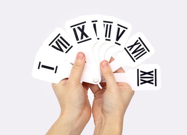 Handen met cijfers op een witte achtergrond