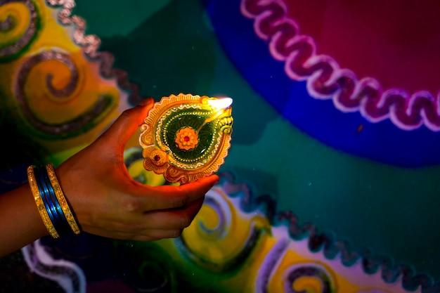 Handen met diwali-lamp