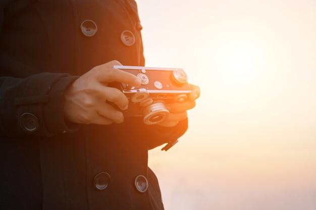 Handen met een camera close-up
