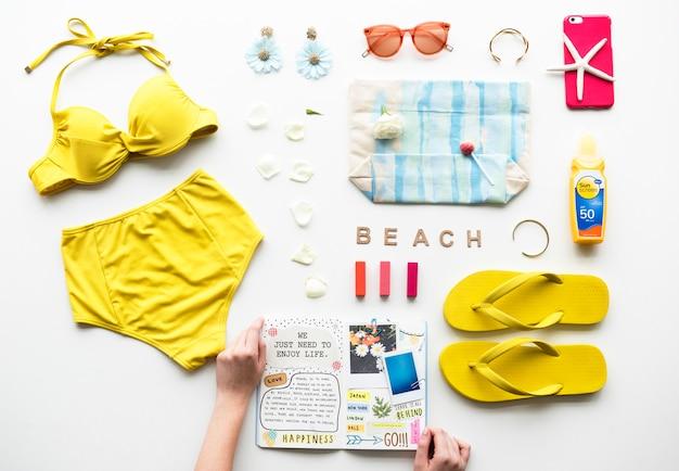 Handen met een dagboek en strand collectie
