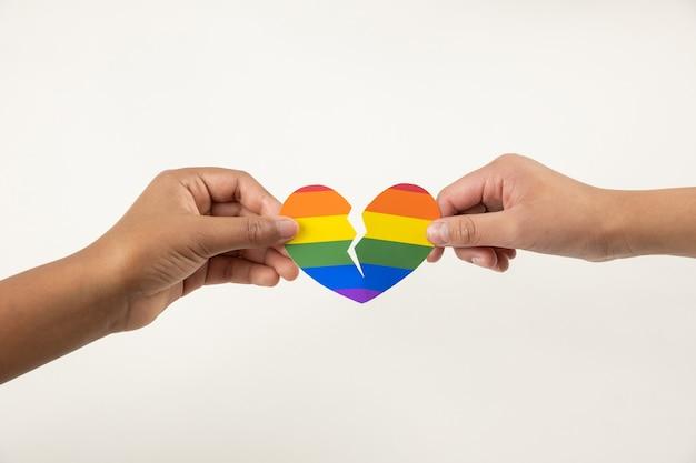Handen met een gebroken hart, lgbt-liefdesverdriet concept