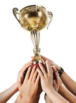 Handen met een kampioen gouden trofee op witte achtergrond