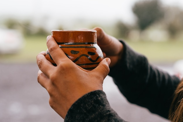 Handen met een kopje cafã© de olla, traditioneel uit mexico.