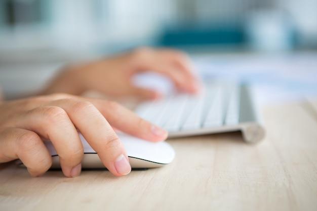 Handen met een muis en toetsenbord