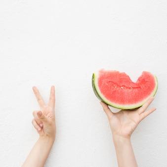 Handen met een watermeloen