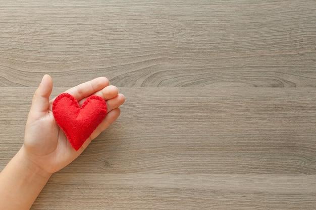 Handen met een zachte hartvorm.