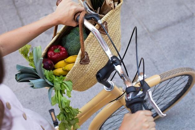 Handen met fietsstuur close-up