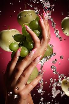 Handen met fruit