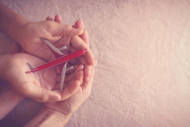 Handen met gebroken vliegtuig