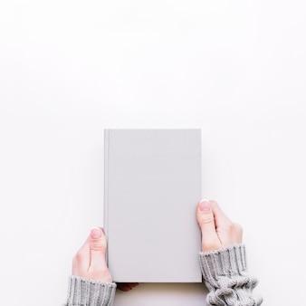 Handen met gesloten notebook
