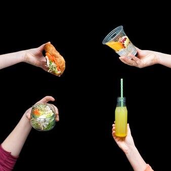 Handen met gezond voedsel, menu met microgreens.