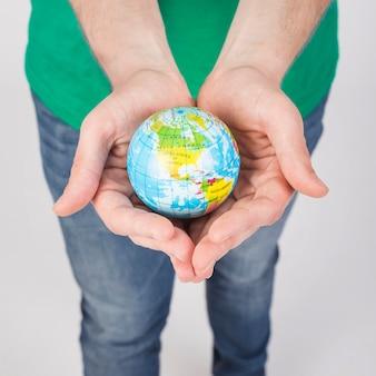 Handen met globe