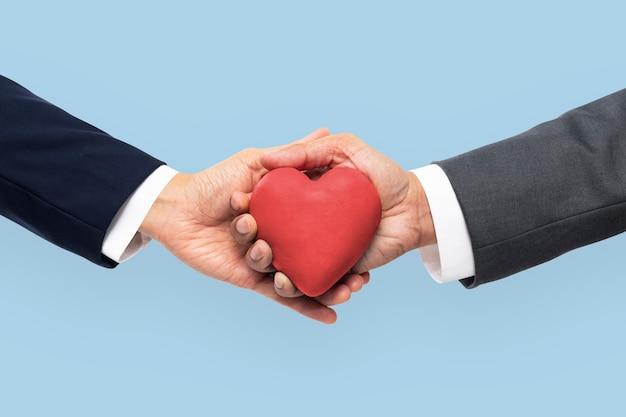 Handen met hart in liefde en relatieconcept