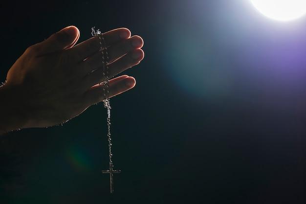 Handen met heilige ketting op volle maan