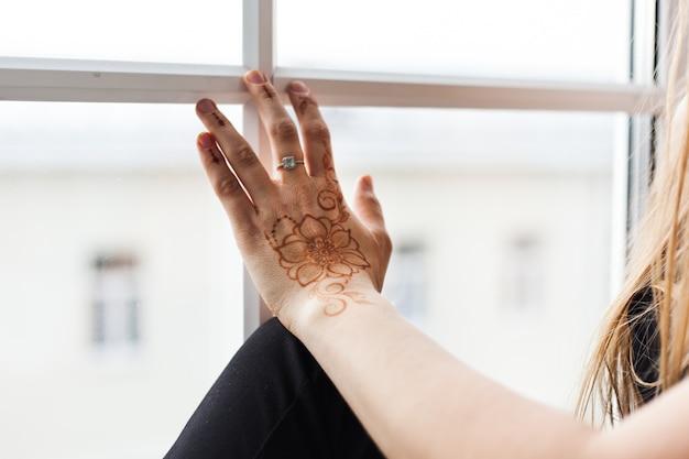 Handen met hennapatroon, bruiloftsvoorbereiding, henna lichaamsdecoratie, traditie, spirituele yoga-ontwikkeling