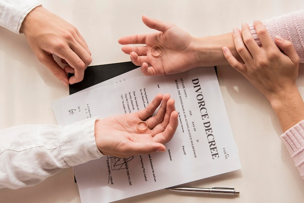Handen met het close-up van het scheidingsbesluit