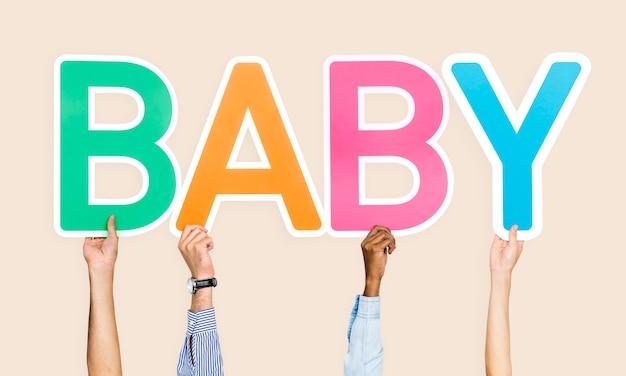 Handen met het woord baby