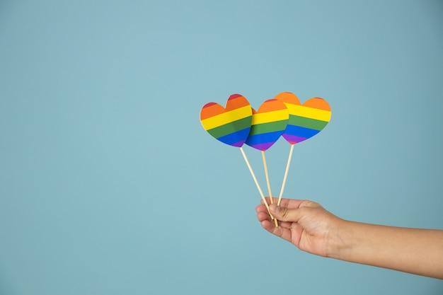 Handen met lgbt-hart, homoseksualiteit ondersteuningsconcept