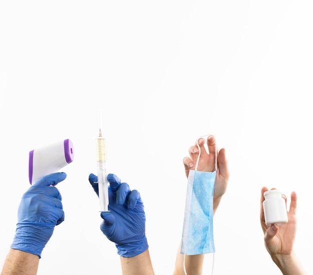 Handen met medicijnartikelen