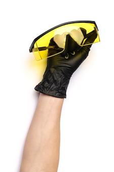 Handen met medische latexhandschoenen die beschermend houden