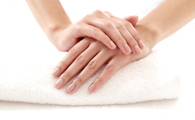 Handen met mooie nagels. nagelverzorging en manicure concept