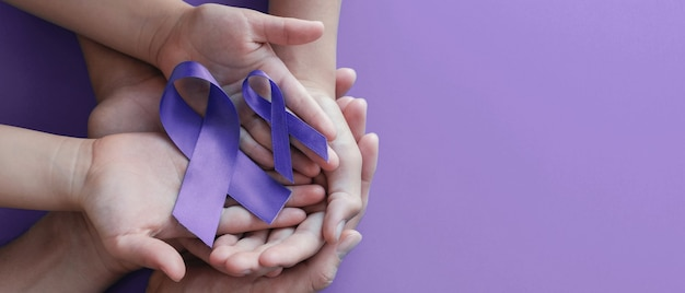 Handen met paarse linten, werelddag voor kanker
