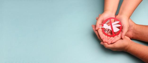 Handen met papier geen mug, conceptbeet voor wereldmalariadag.