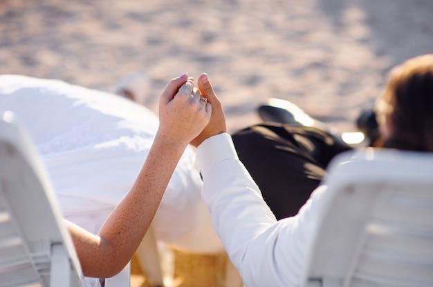 Handen met ringenbruid en bruidegom