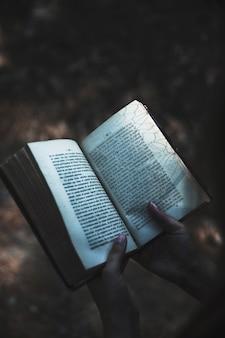 Handen met ritueel boek