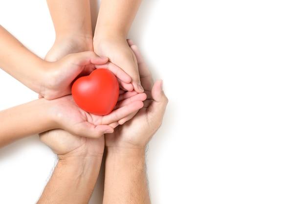 Handen met rood hart, hartgezondheid, schenking, gelukkige vrijwilligers liefdadigheid, mvo sociale verantwoordelijkheid, wereldhartdag, wereldgezondheidsdag, wereld geestelijke gezondheidsdag, pleeggezin concept