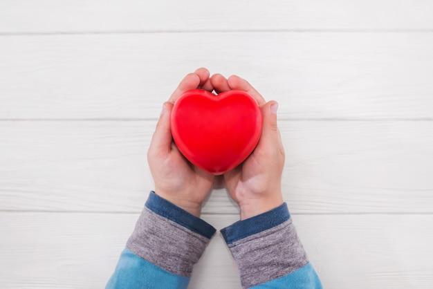 Handen met rood hart