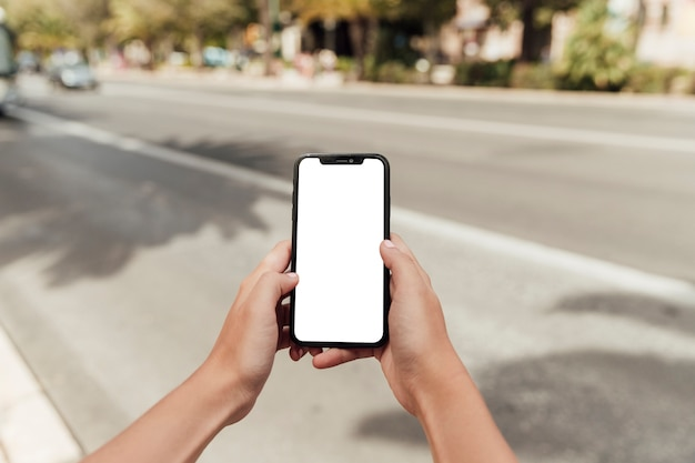Handen met smartphone met mock-up
