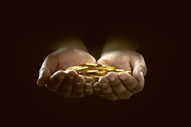 Handen met stapel munten