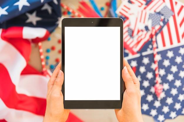Handen met tablet op onscherpe achtergrond