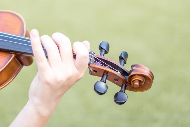 Handen met viool