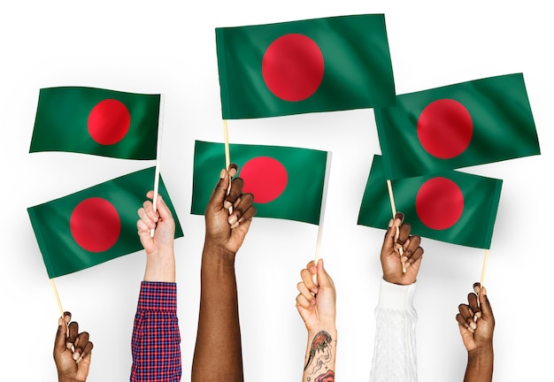 Handen met vlaggen van bangladesh zwaaien