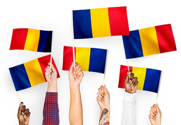 Handen met vlaggen van roemenië zwaaien