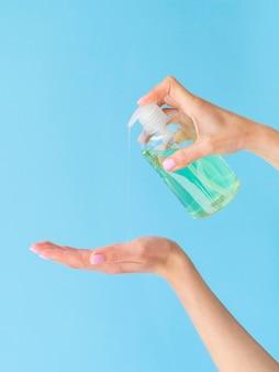 Handen met vloeibare zeep vormen plastic fles