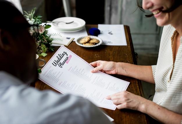 Handen met wedding planner checklist informatie voorbereiding