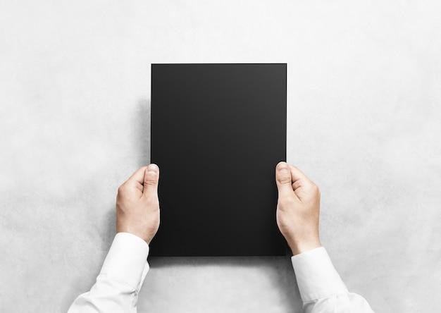 Handen met zwart blanco vel papier