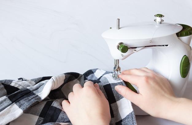 Handen naaien op een naaimachine