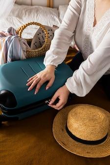 Handen omhoog om bagage te maken