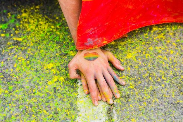 Handen op bevlekt asfalt