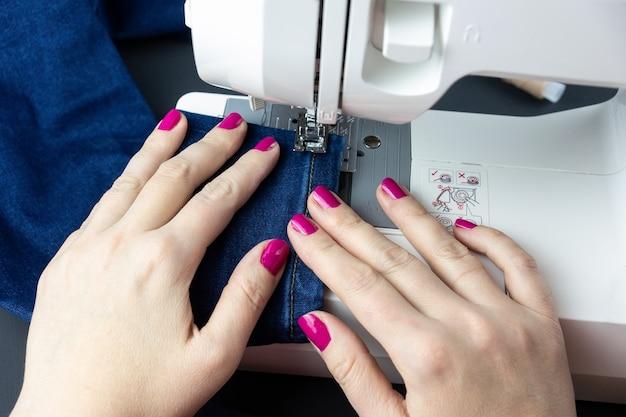 Handen op de naaimachine