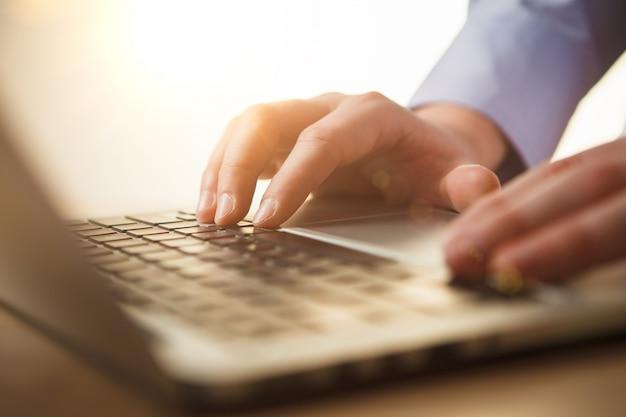 Handen op het toetsenbord