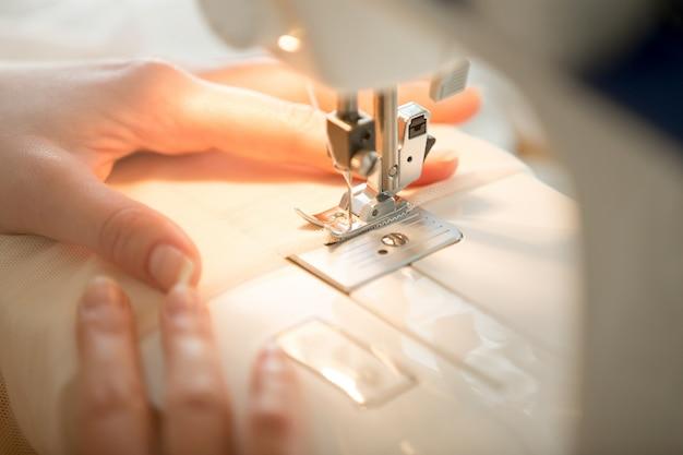 Handen op naaimachine
