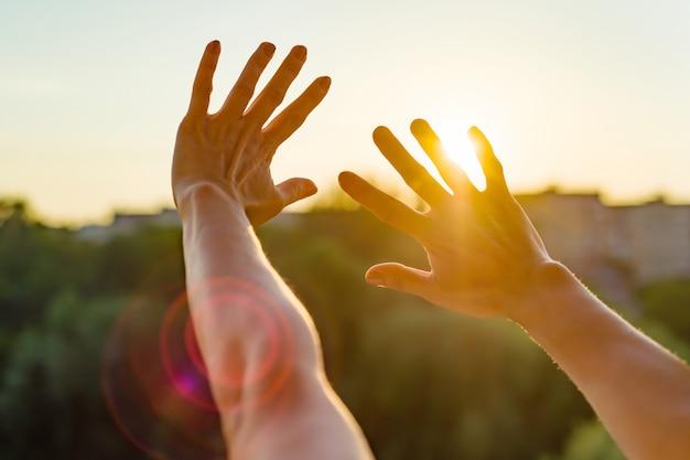 Handen open voor de zonsondergang, meditatie