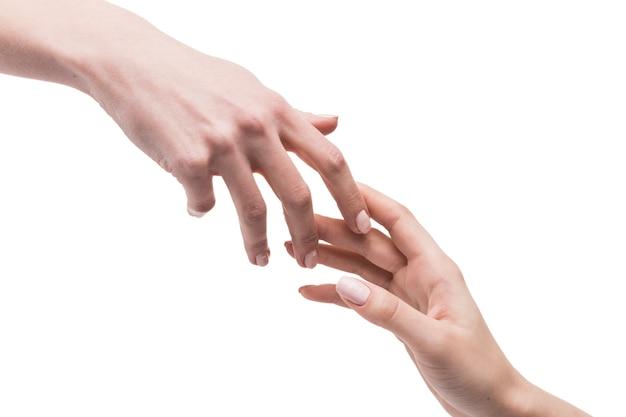 Handen raken elkaar zachtjes aan
