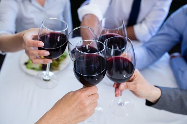 Handen roosteren wijnglazen